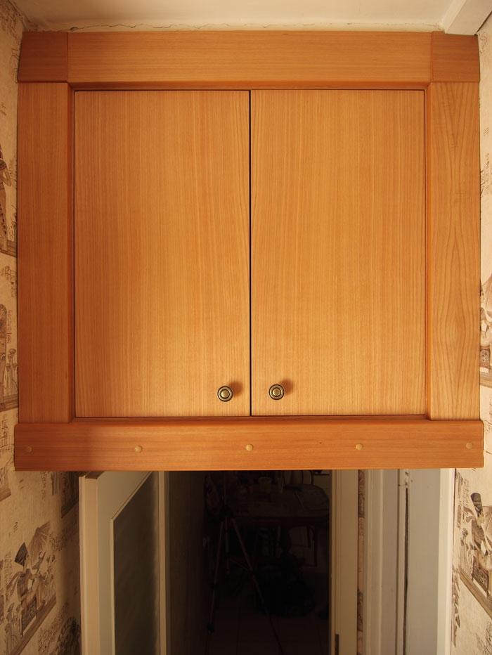 Встроенные дверцы с наличниками и декоративными накладками в.